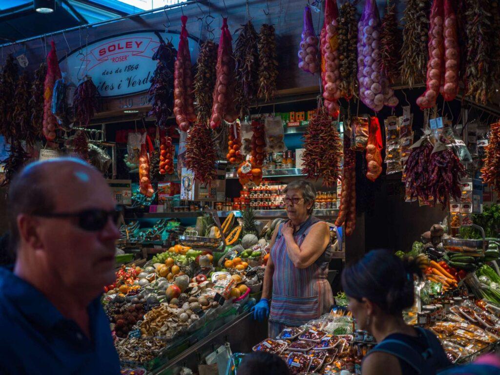 La Boqueria stoisko z warzywami i owocami