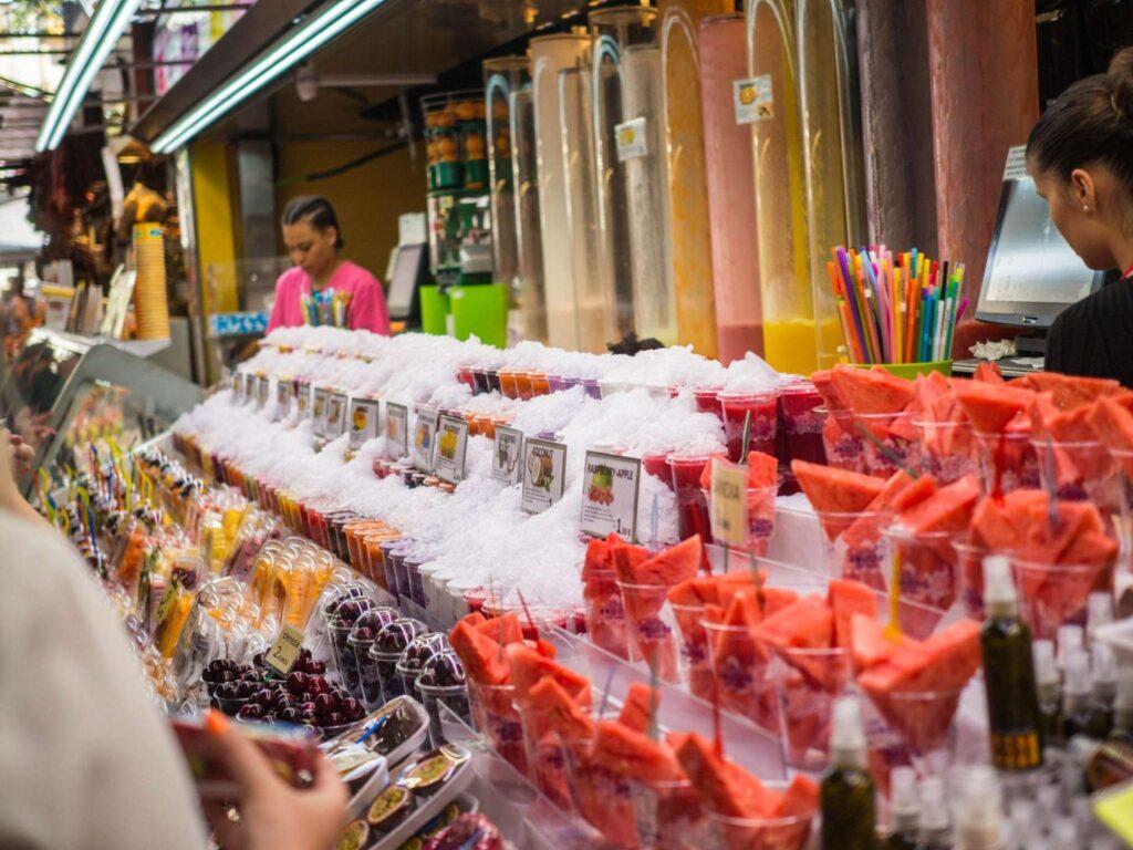 La Boqueria stoisko z sokami i owocami
