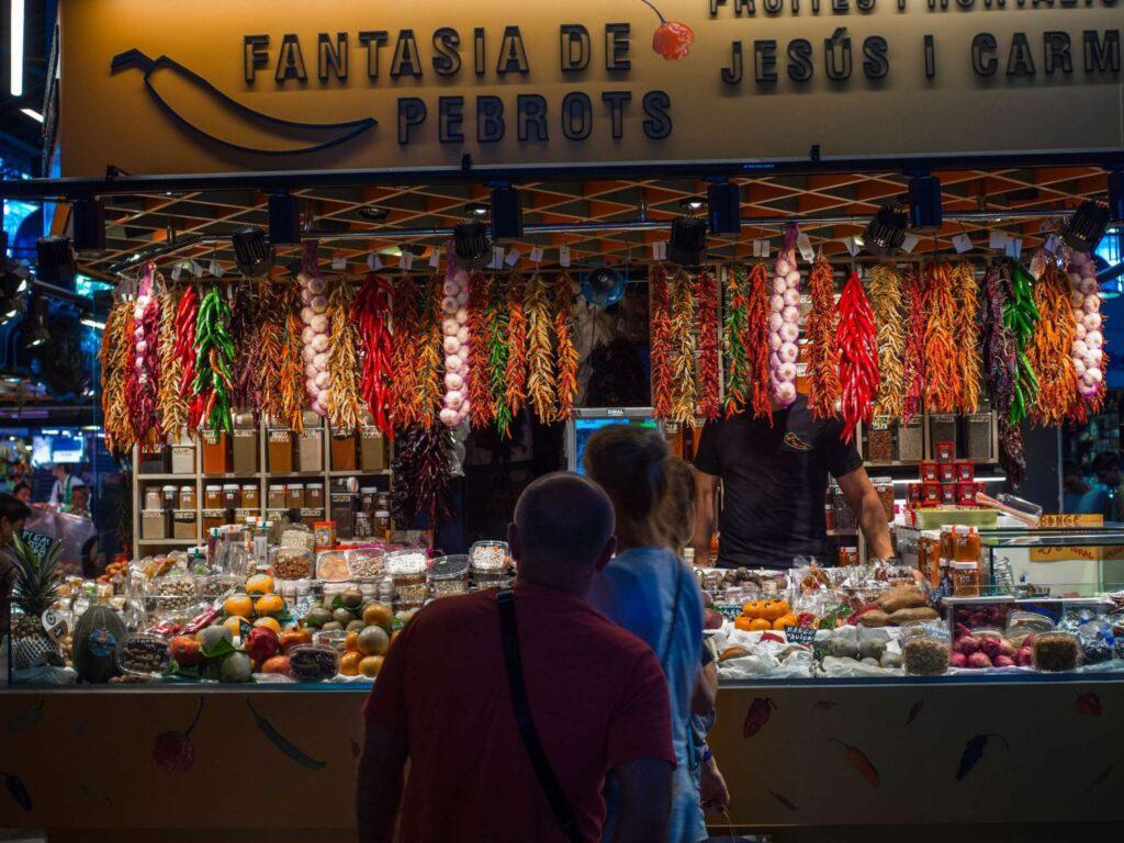 La Boqueria stoisko z paprykami i owocami