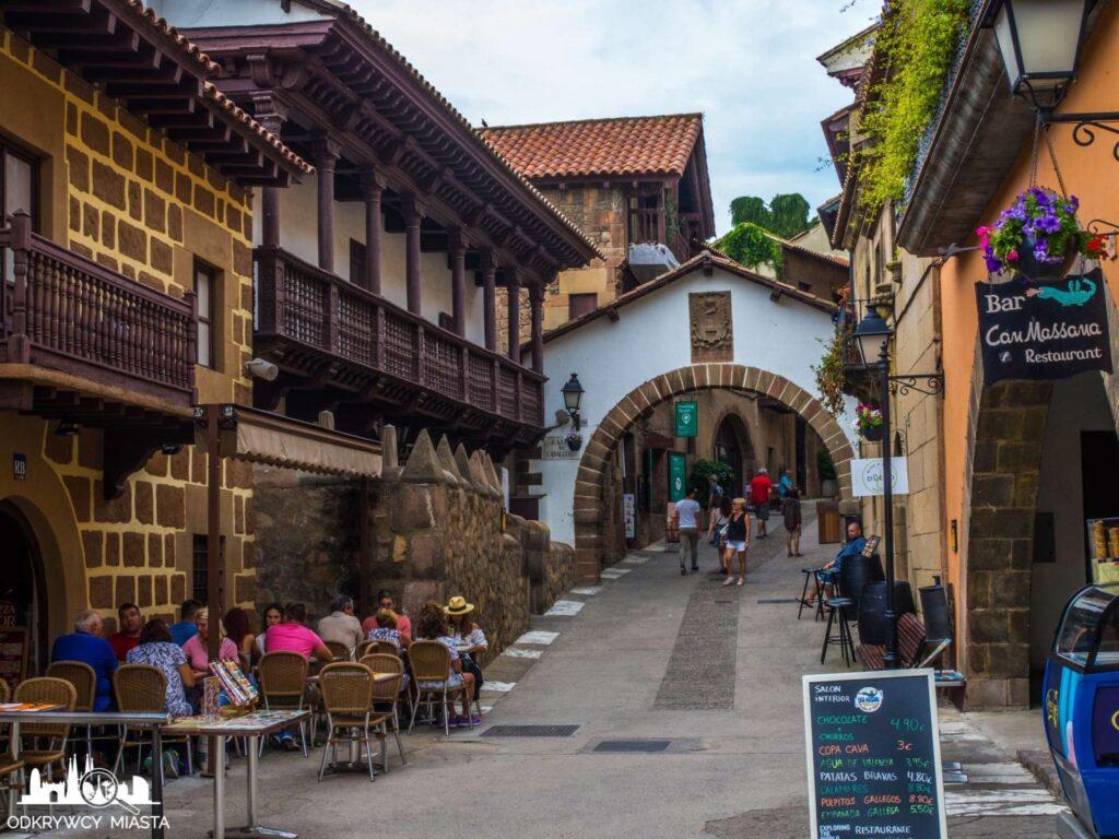 Poble espanol ulica z domami i restauracjami