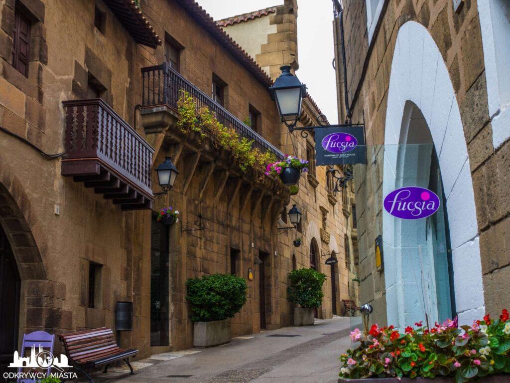 Poble espanol ulica z domami hiszpańskimi