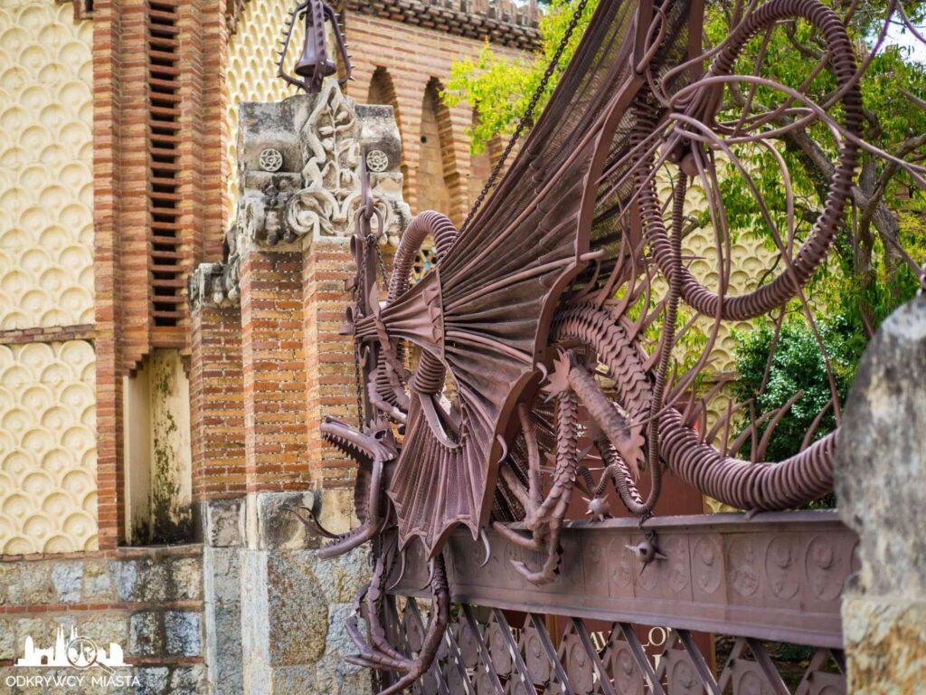 Pawilony Guell Brama ze smokiem