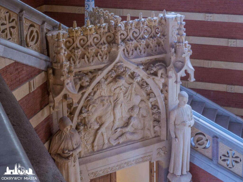 szpital św pawła barcelona płaskorzeźba na klatce schodowej