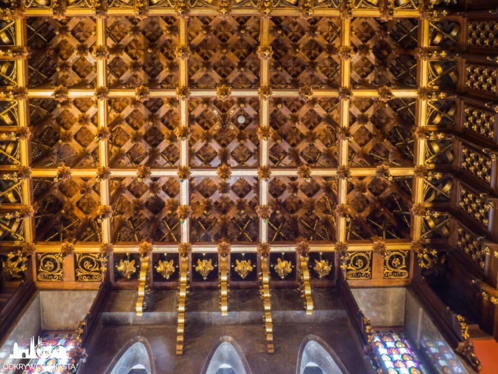 palau guell bogato zdobiony złoty sufit