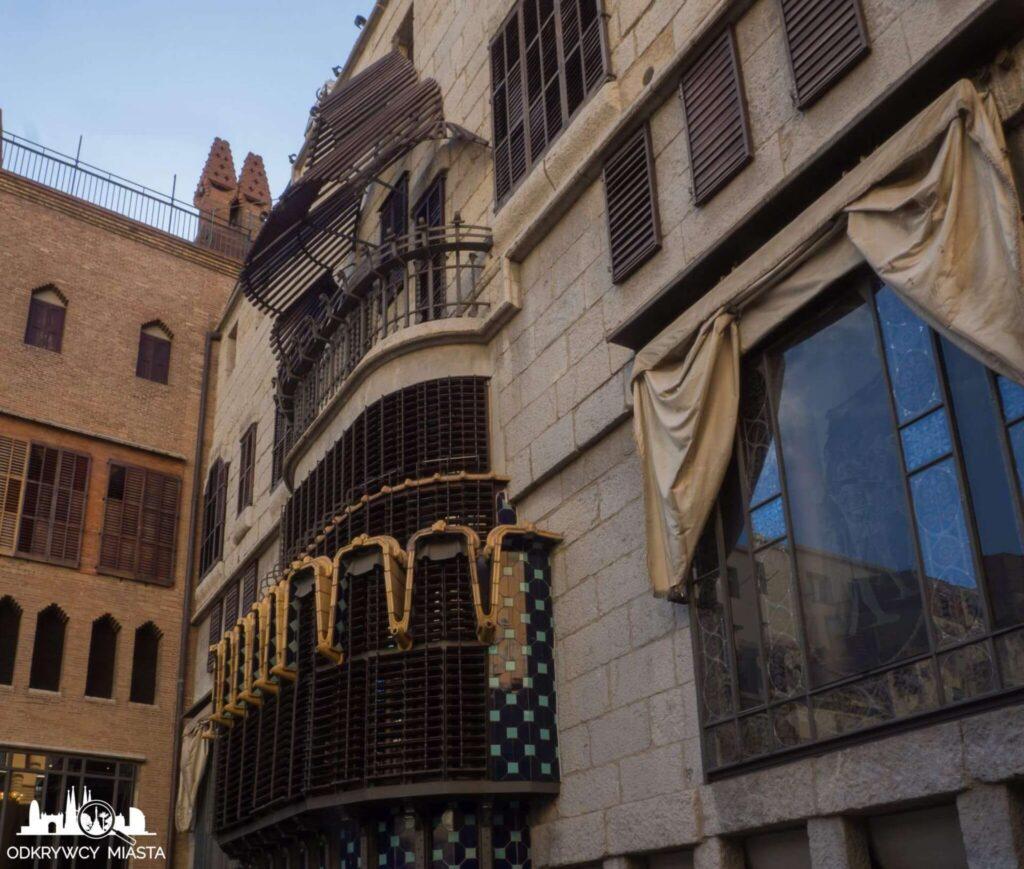 palau guell zewnętrzna fasada z tyłu pałacu