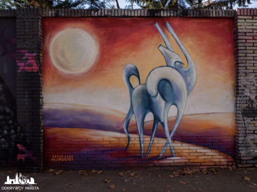 Street Art Barcelona park grafik dziwne zwierze ze słońcem w tle