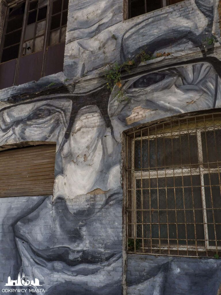 Street Art Barcelona park grafik twarz na fasadzie budynku