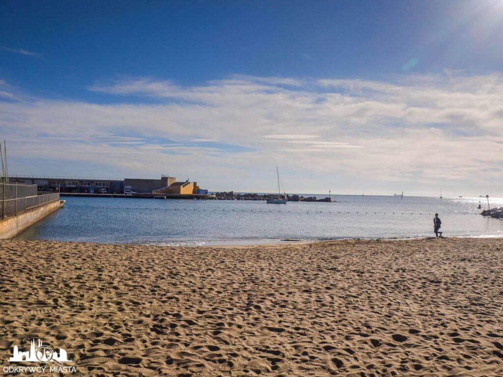 plaża barceloneta  morze i wejście do portu