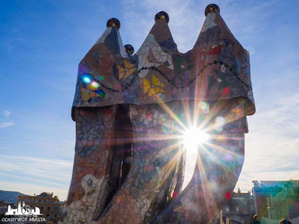 Casa Batllo kominu w promieniach słońca