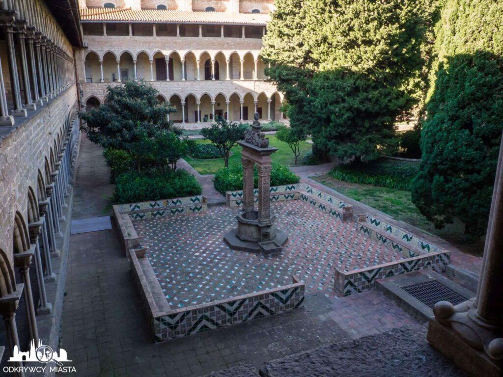 klasztor Pedralbes dziedziniec ze studniom