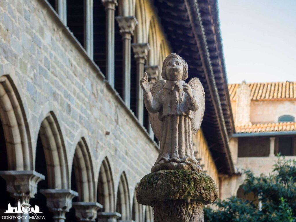 klasztor Pedralbes figurka anioła na dziedzińcu placu