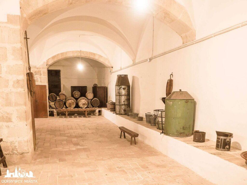 klasztor Pedralbes piwnice z beczkami win