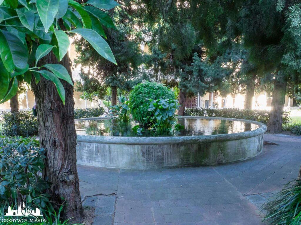 klasztor Pedralbes staw na środku dzidzińcu