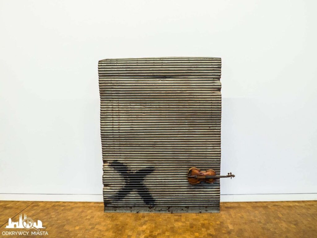 Antonio tapies instalacja skrzypce na falowanej blasze