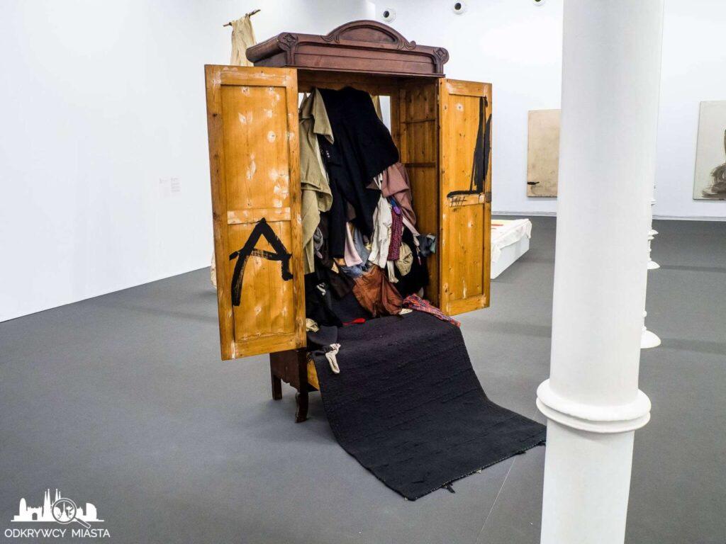 Antonio tapies instalacja szafa pełna ubrań