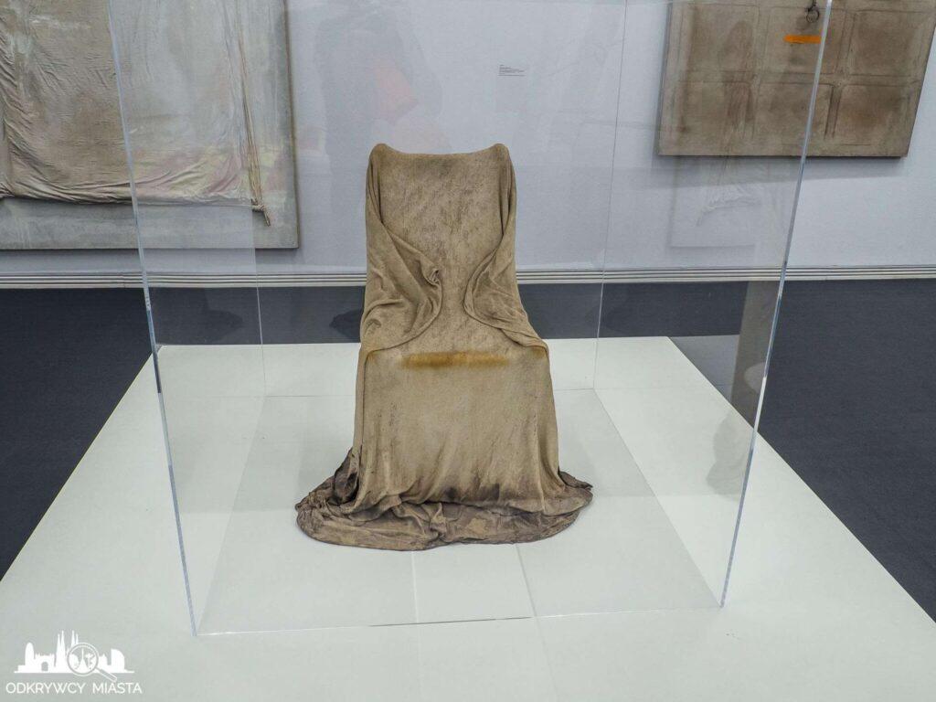 Antonio tapies Instalacja krzesło przykryte tetrą