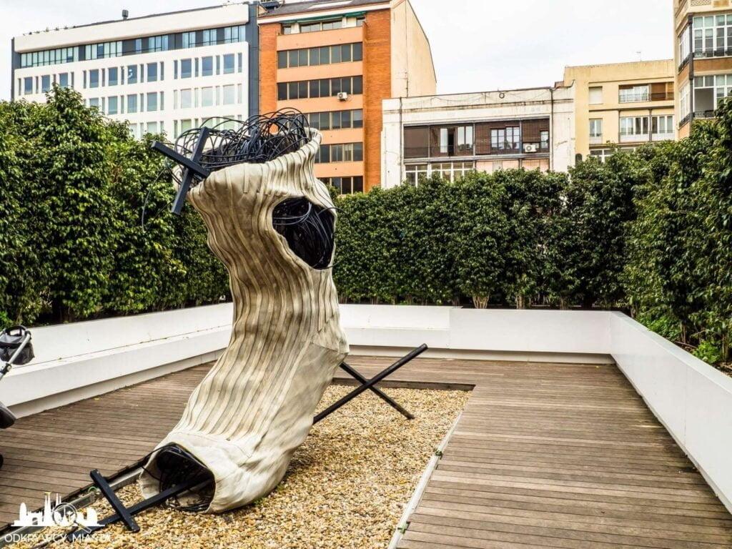 Antonio tapies rzezba calcetin - gigantyczna skarpeta
