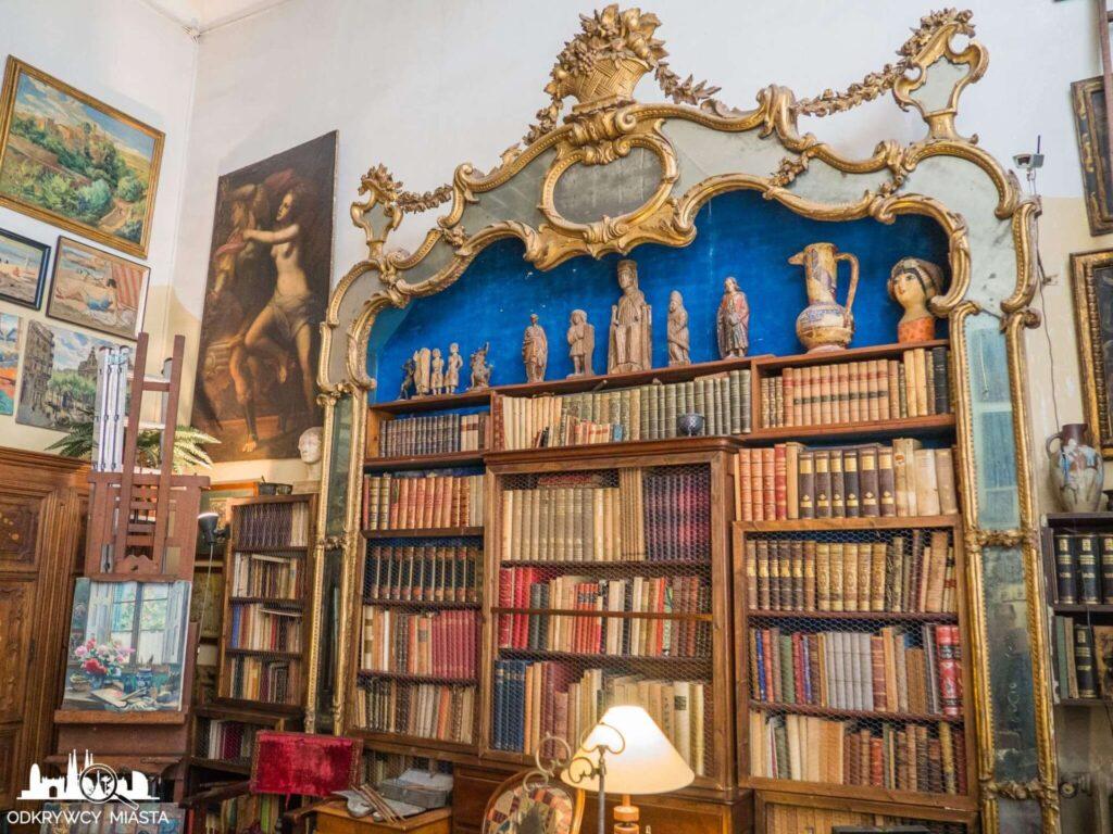 Pracownia Oleguer Junyent biblioteczka z książkami