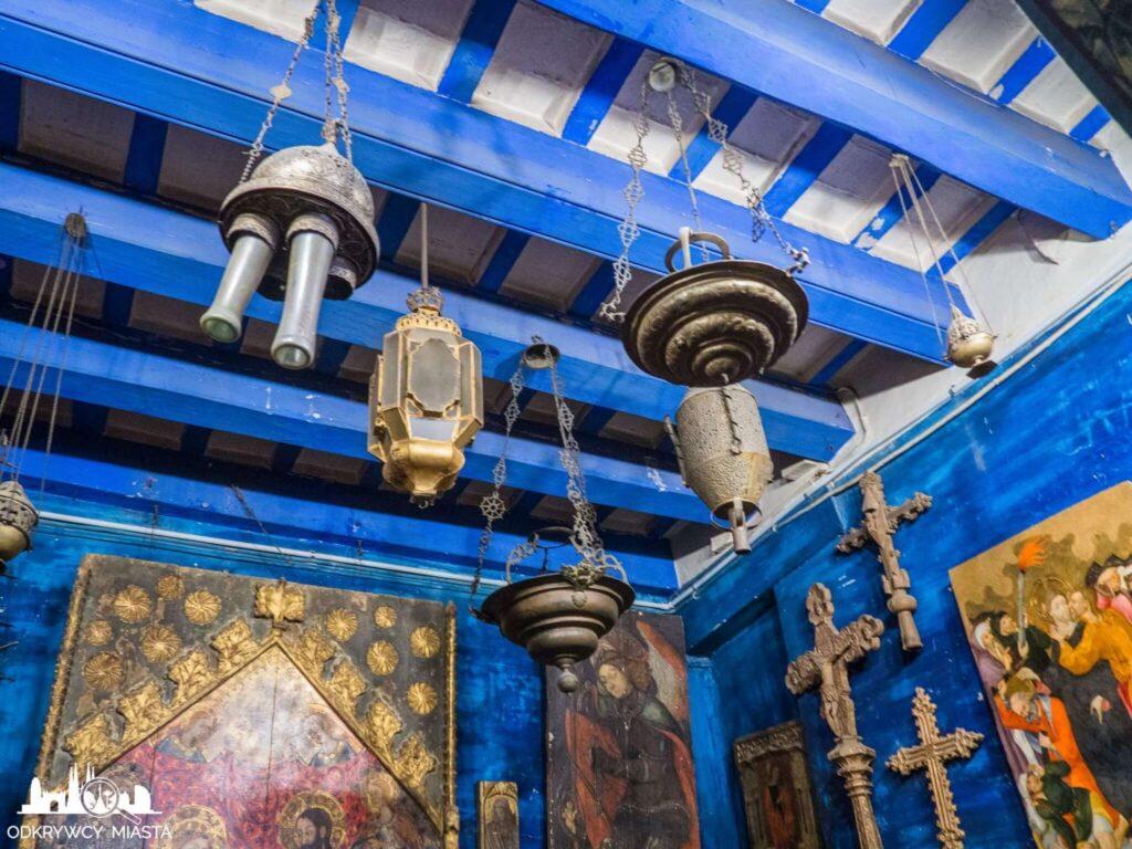 Pracownia Oleguer Junyent niebieski pokój z lampami