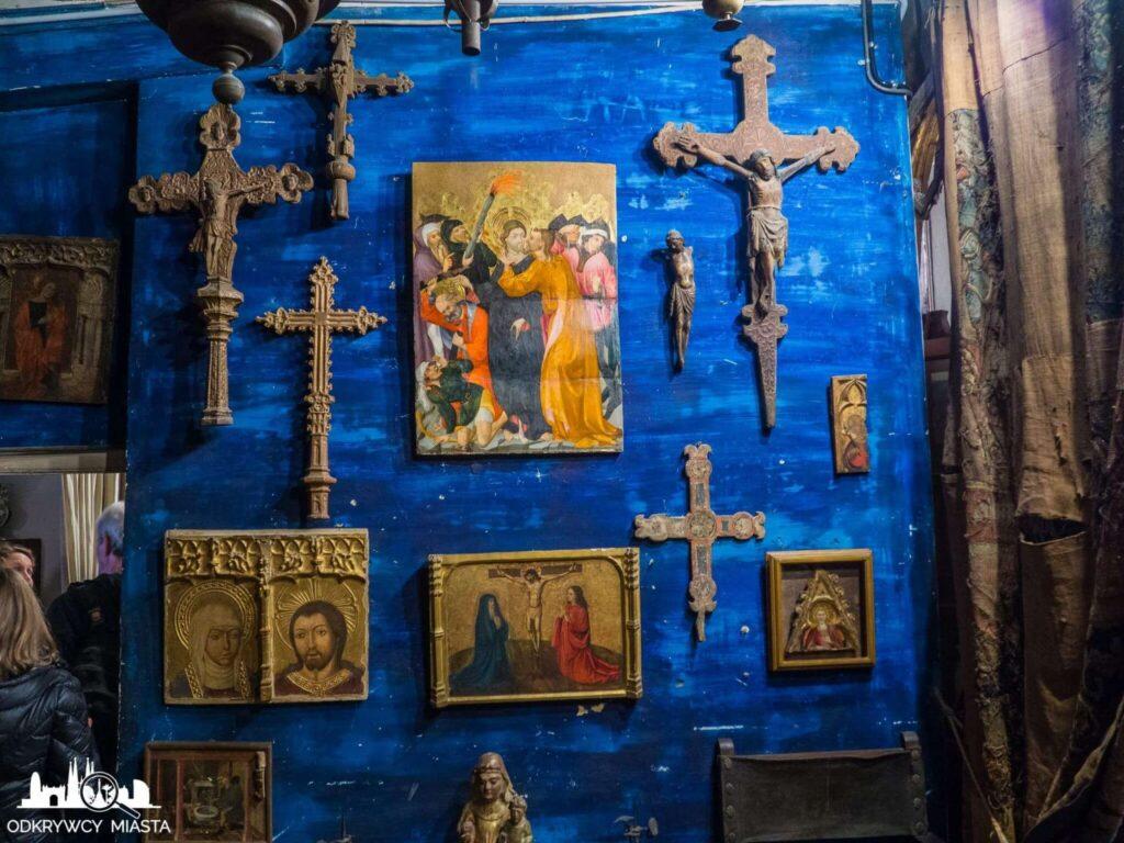 Pracownia Oleguer Junyent niebieski pokoj z krzyżami