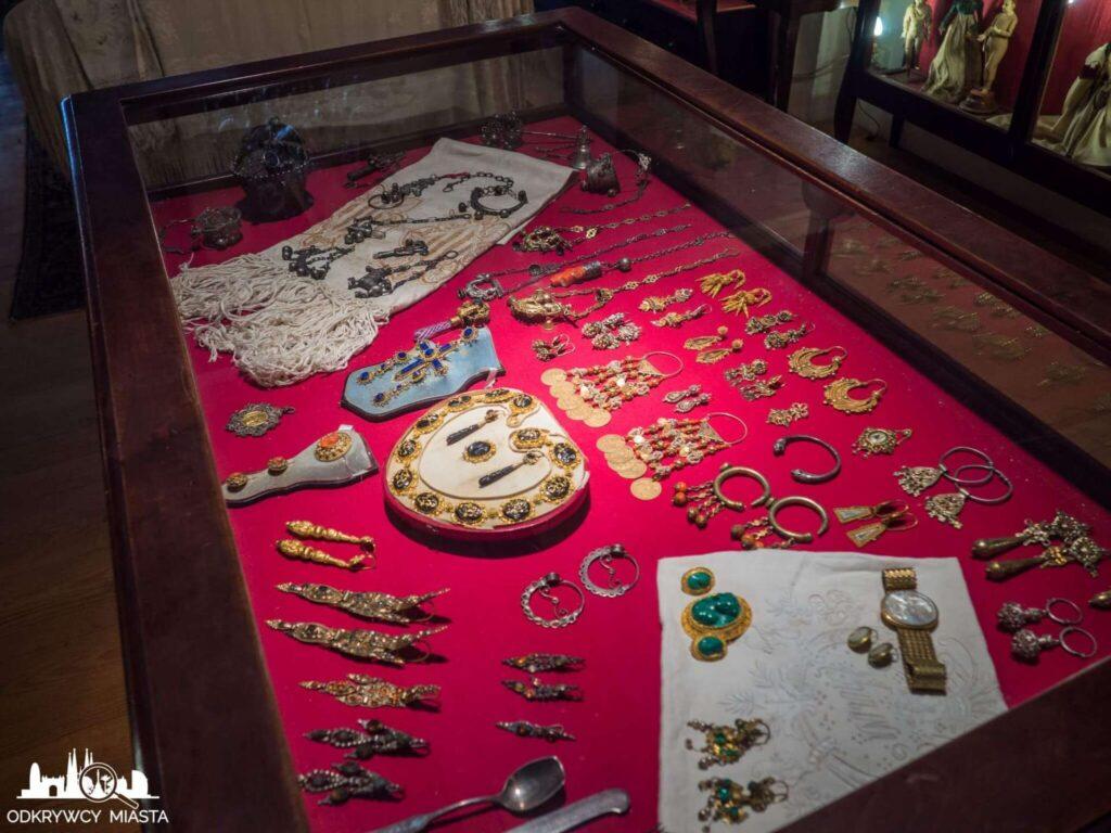 Pracownia Oleguer Junyent biżuteria w gablocie