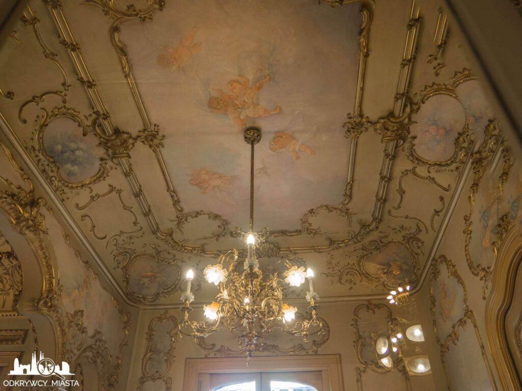 Casa Felip bardzo bogato zdobiony sufit i lampa