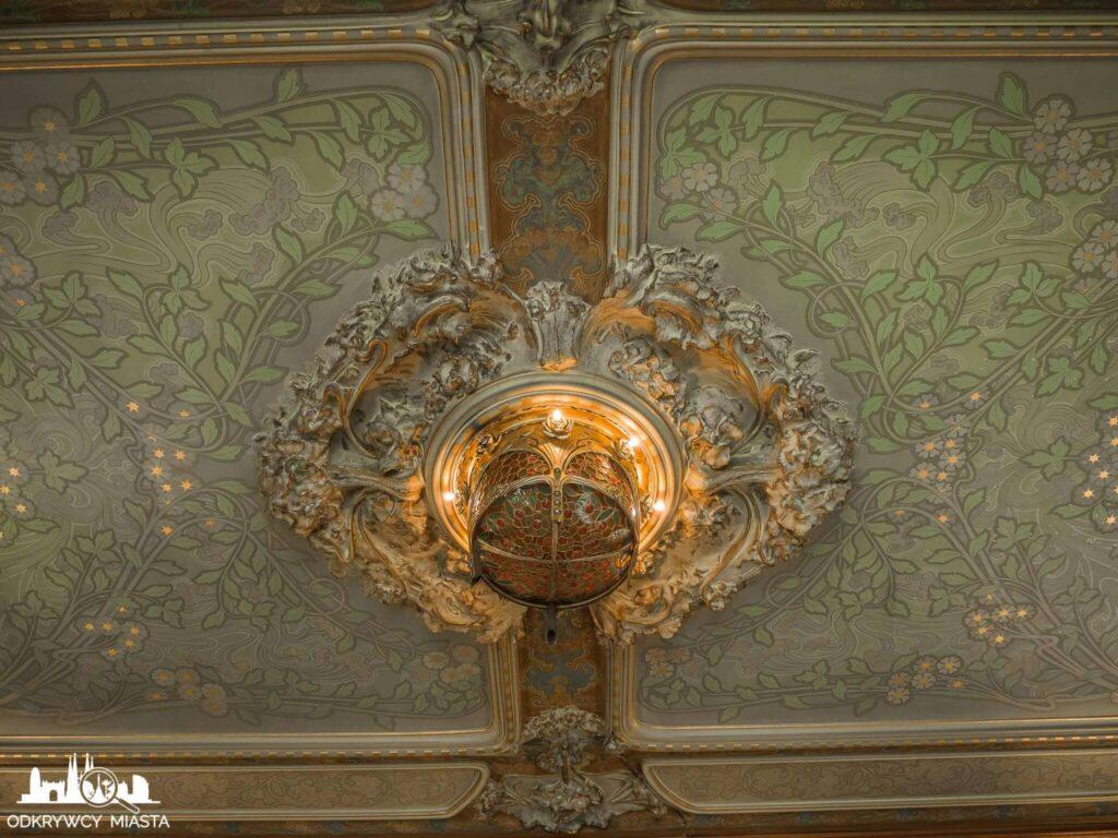 Casa Felip lampa na zielonym suficie