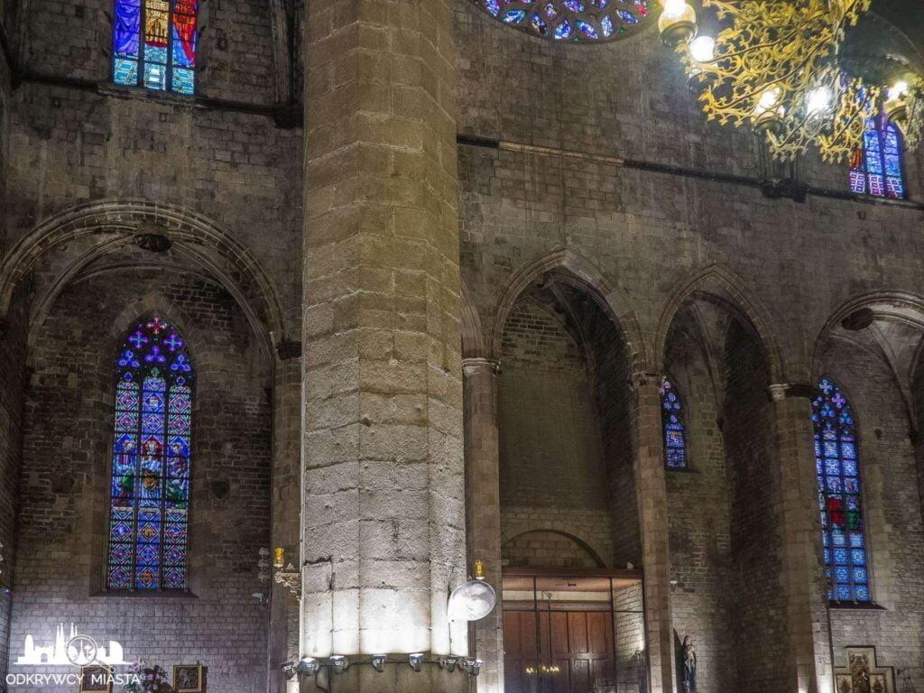 Santa Maria del mar ściana z koumną i witrażem