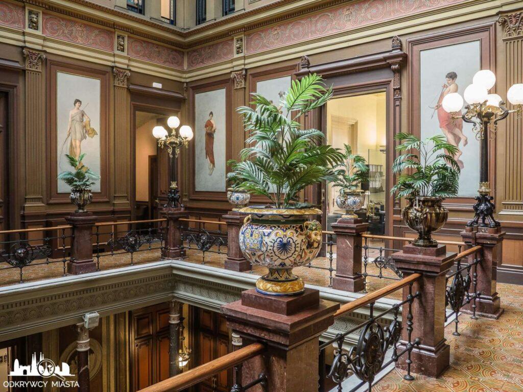 Pałac casades wazony z roślinami na piętrze pałacu