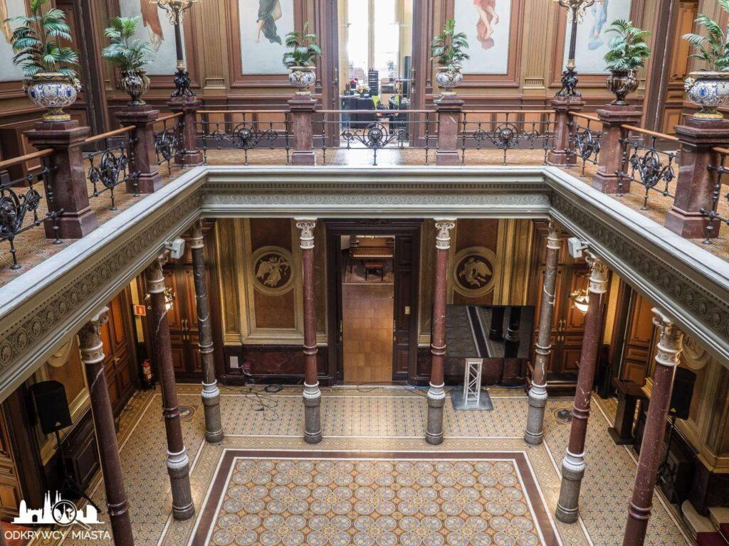 Pałac casades widok na salę z kolumnami z piętra