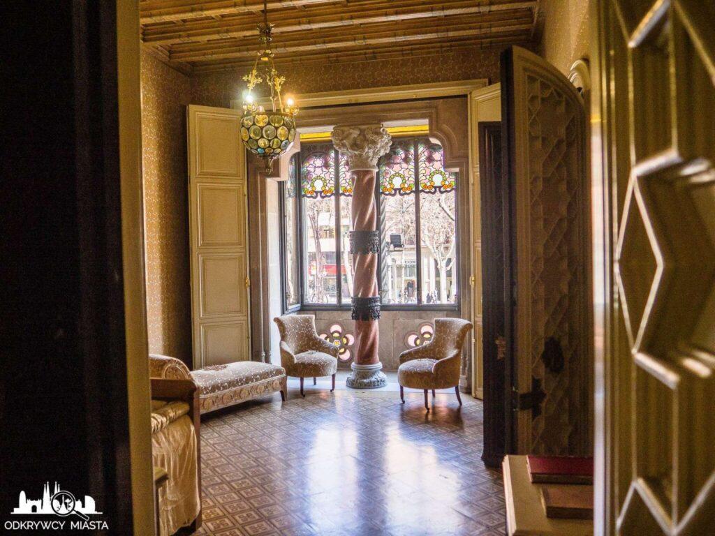 casa amatller złoty pokój z sofom i fotelami
