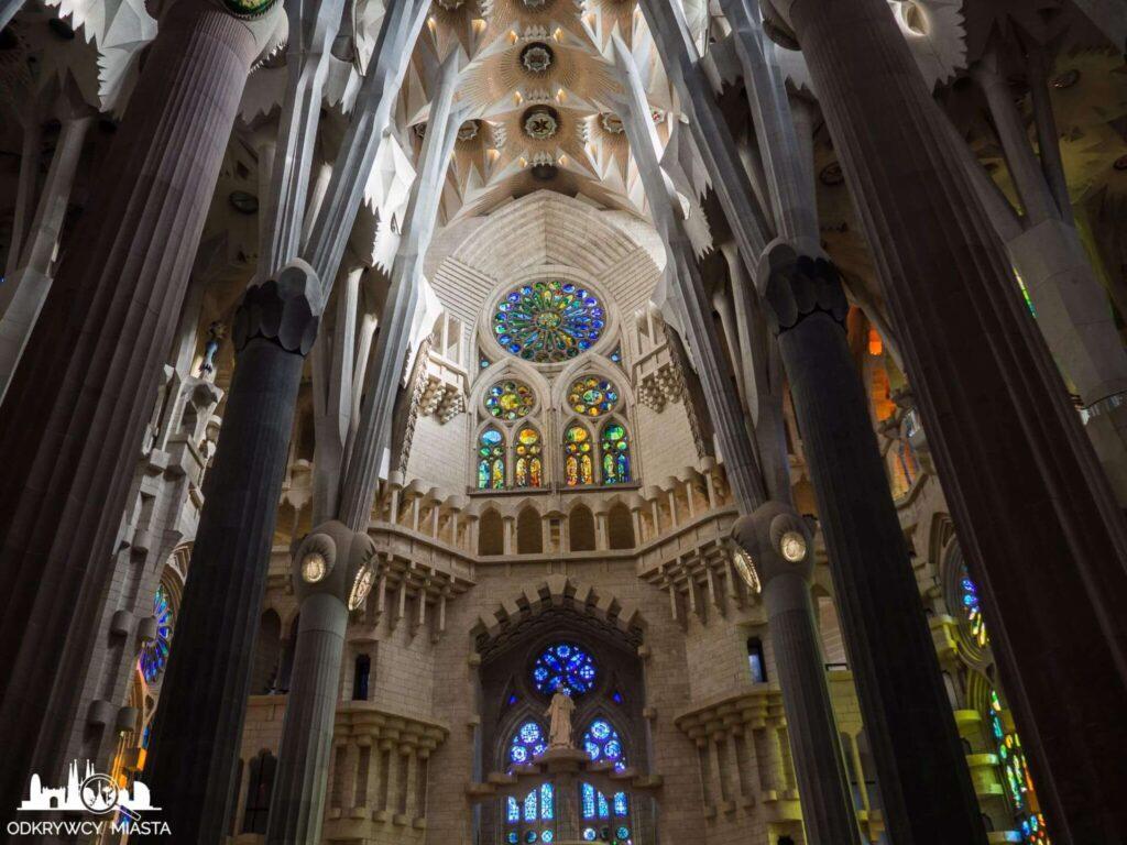 wnętrze kościoła z kolumnami