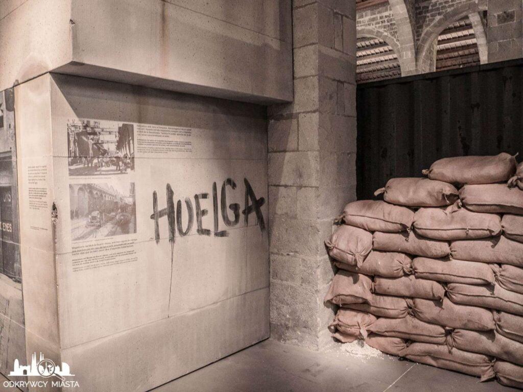 muzeum morskie betonowa ściana portowa z napisem huelga