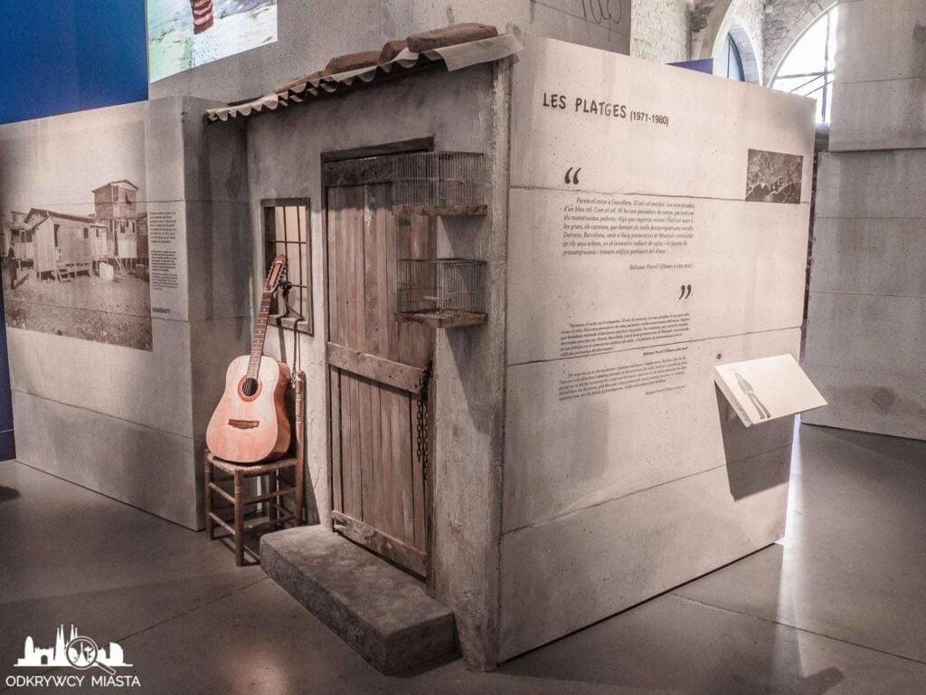 muzeum morskie ściana z drzwiami i gitarą