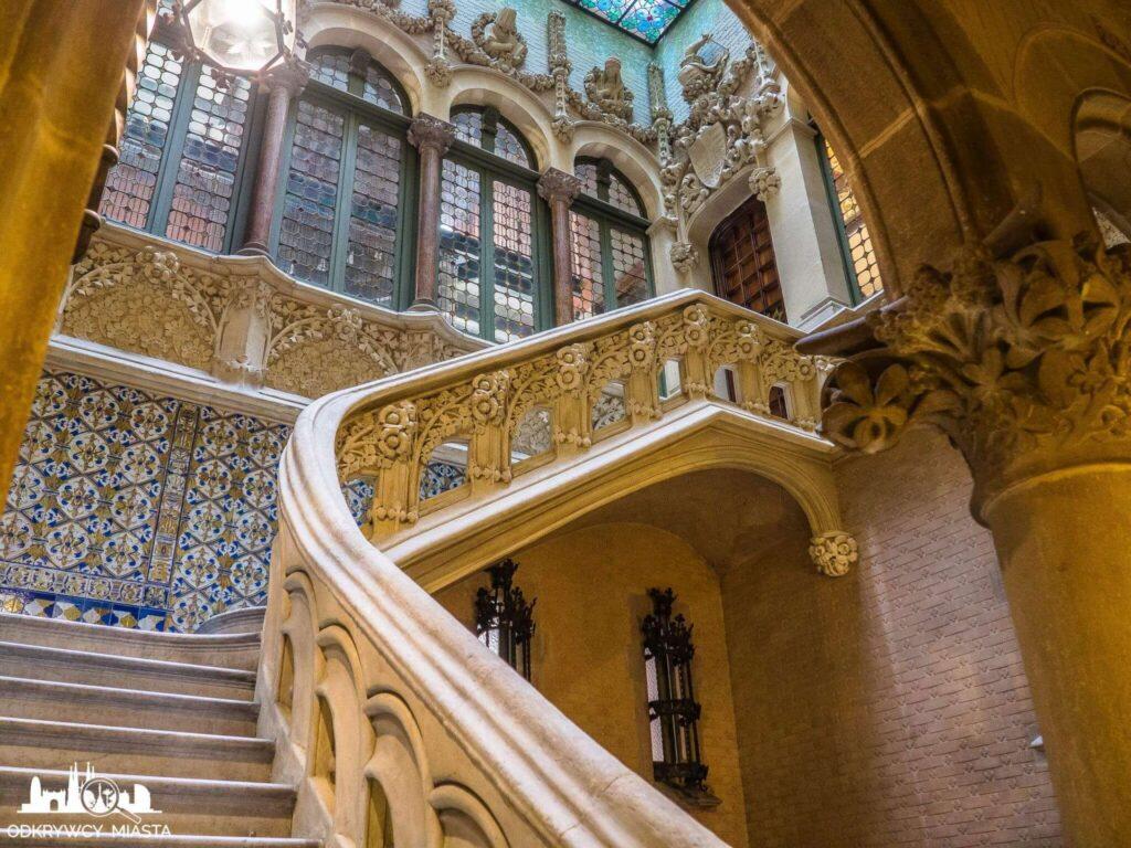 Pałac Baron de Quadras Bardzo bogato zdobiona klatka schodowa