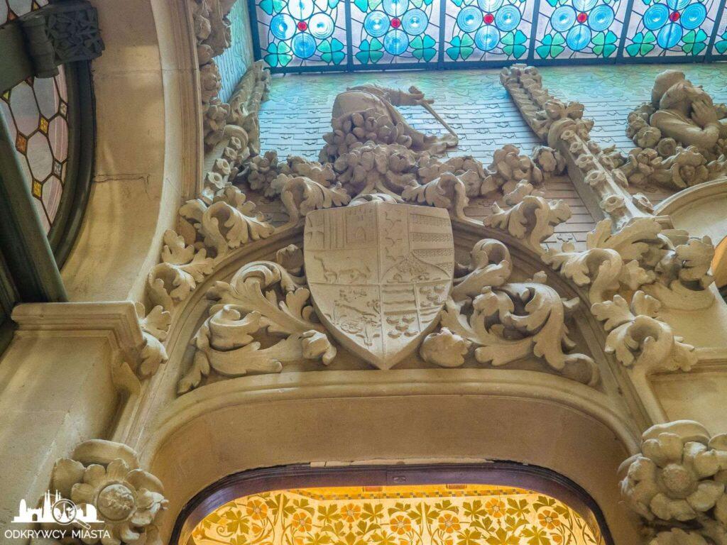 Pałac Baron de Quadras herba rodzinny nad drzwiami