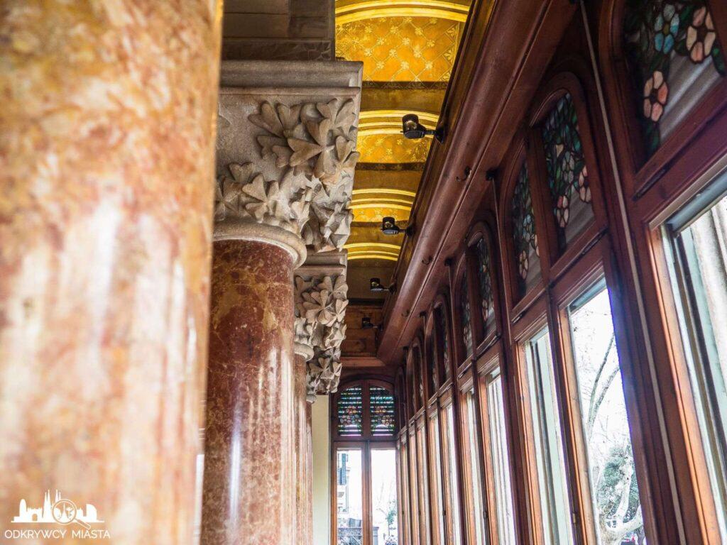 Pałac Baron de Quadras kolumny z czerwonego granitu