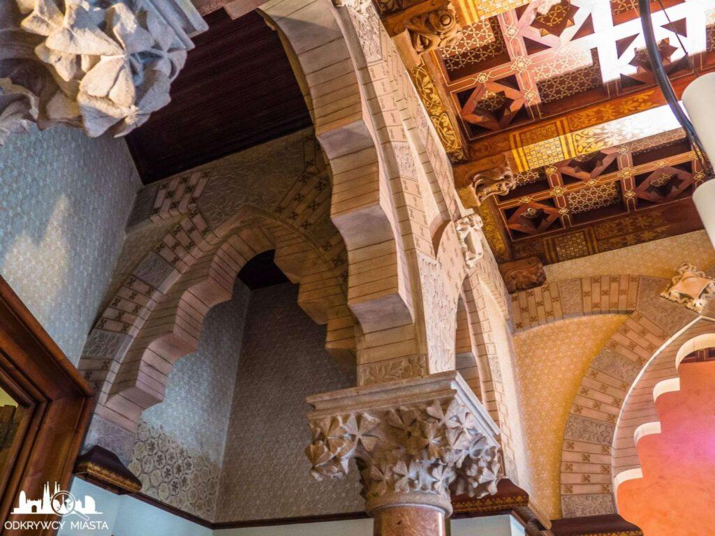 Pałac Baron de Quadras bogato zdobione sufity i nadproża