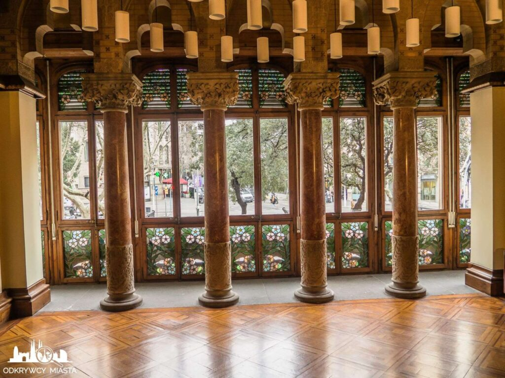 Pałac Baron de Quadras kolumny w pokoju