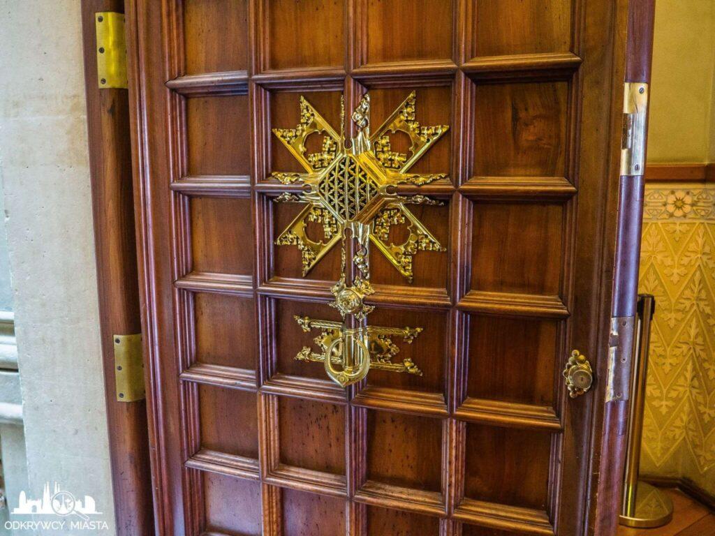 Pałac Baron de Quadras bogato zdobiony judasz
