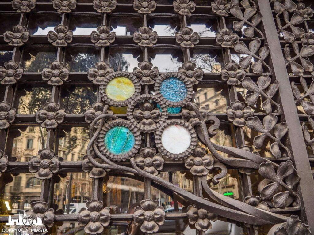 Pałac Baron de Quadras elementy dekoracyjne na bramie wjazdowej
