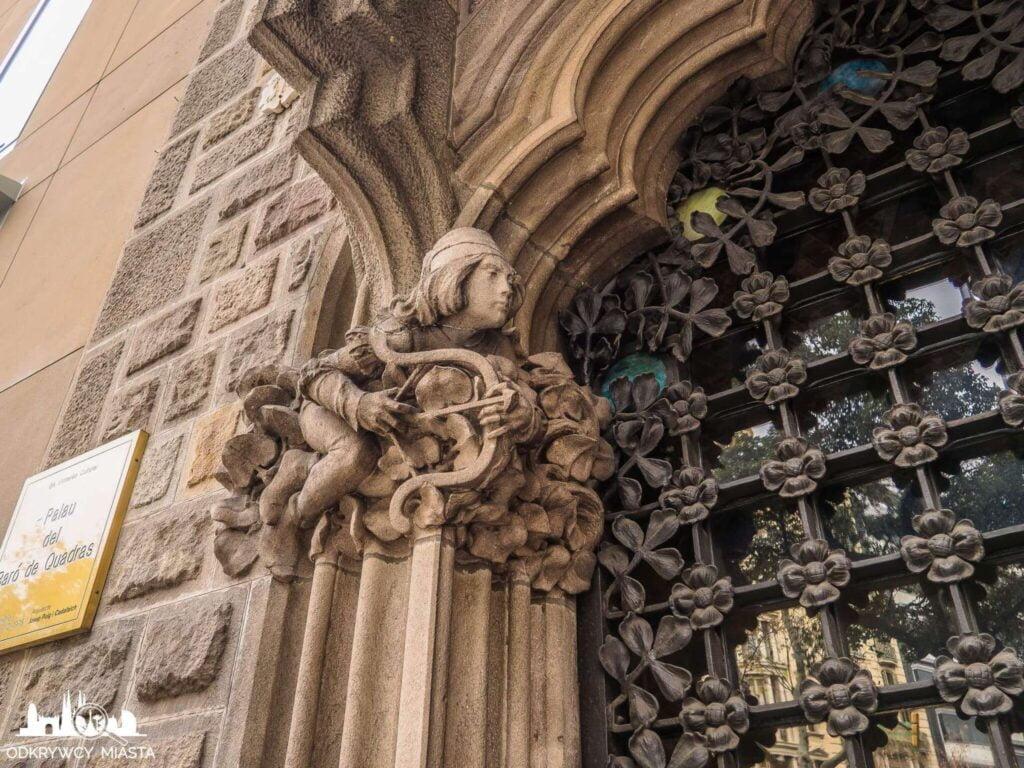 Pałac Baron de Quadras łucznik na bramie wejściowej