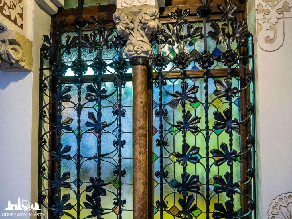 palau macaya okno ze zdobną kratą