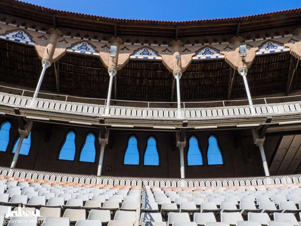 Monumental arena byków - dolna trybuna z krzesełkami