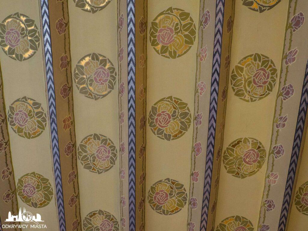 Casa Punxet zdobiony w róże sufit