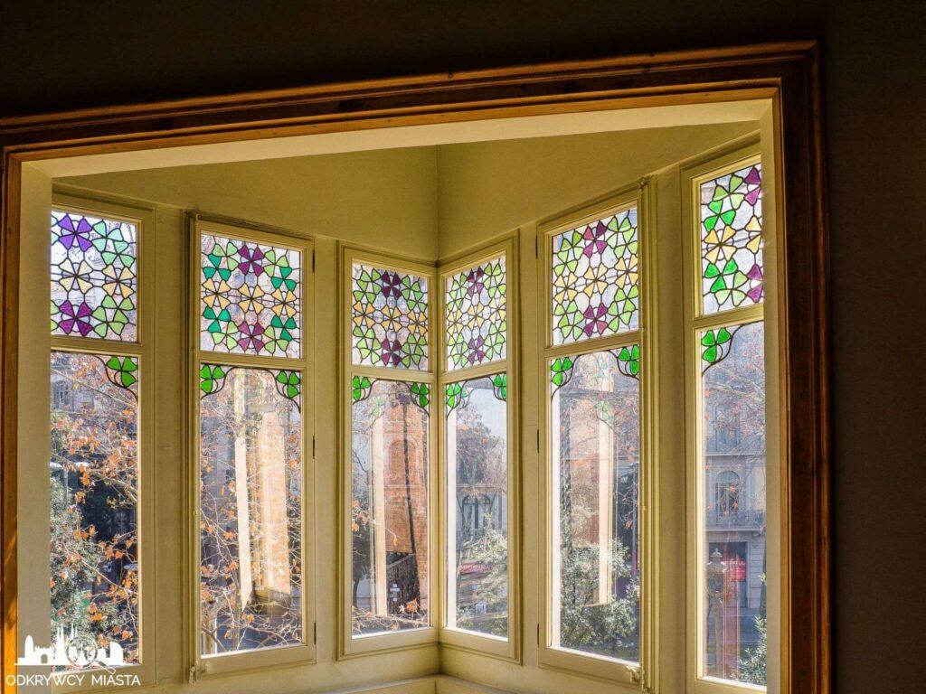 Casa Punxet okna z kolorowymi szybami