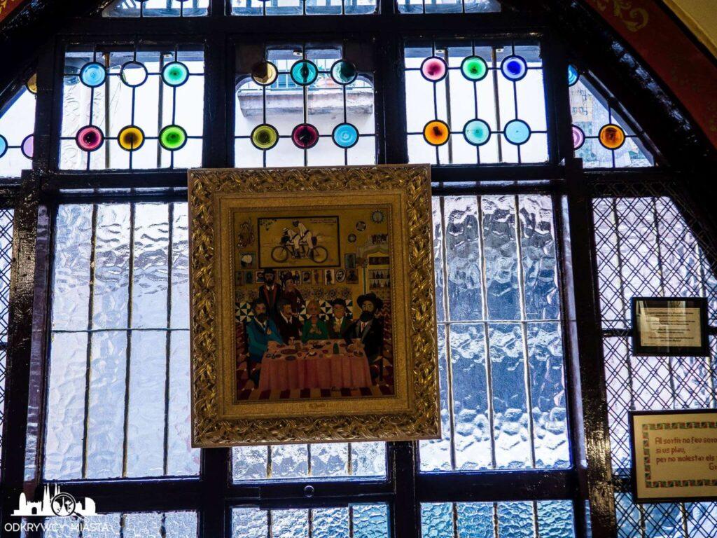 el 4 gats restauracja modernistyczna obraz zawieszony na oknie