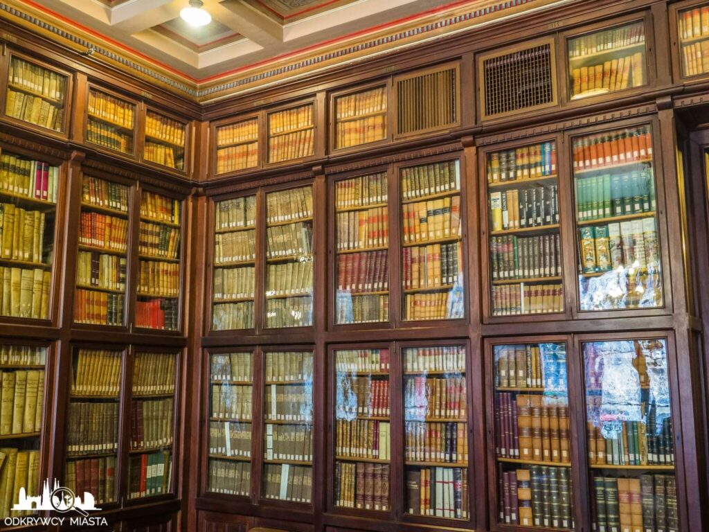 Masońska Biblioteka Arus regał z książkami
