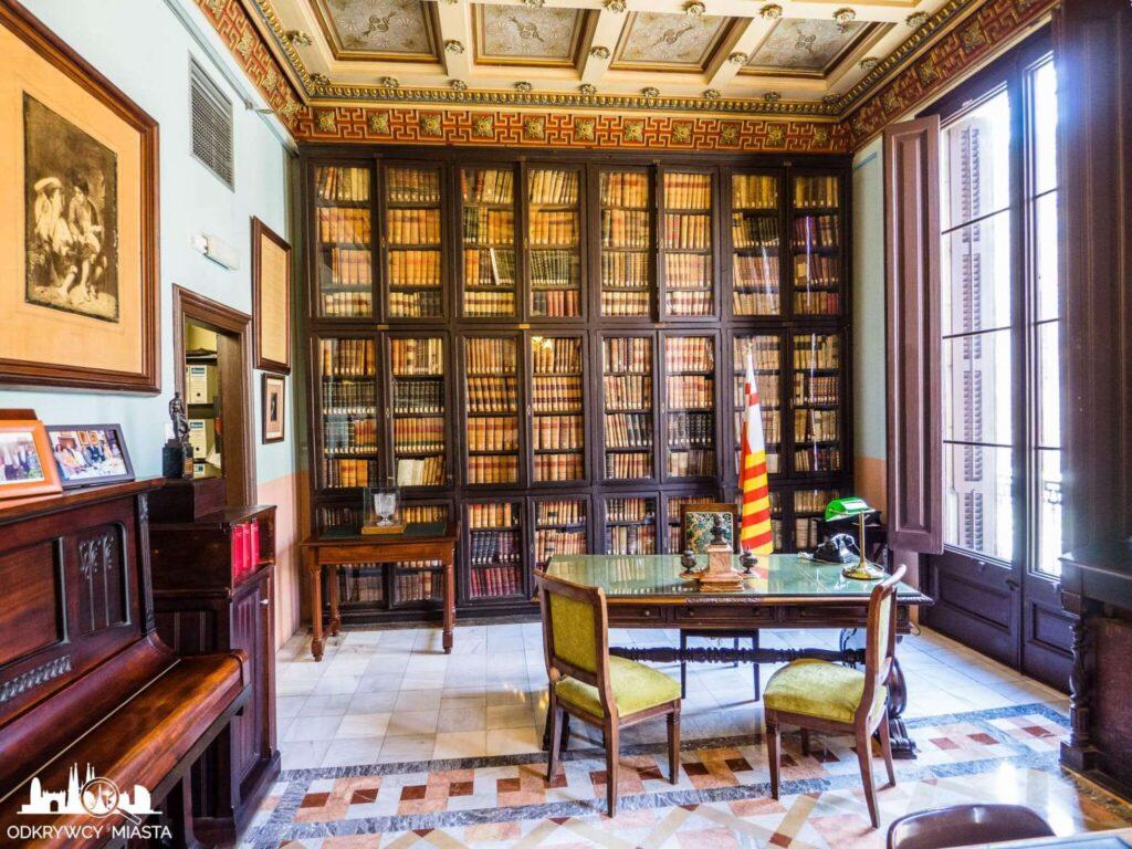 Masońska Biblioteka Arus sala spotkań z biurkiem i krzesłem