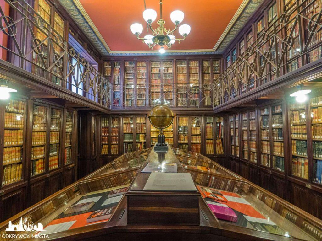 Masońska Biblioteka Arus biblioteka z książkami i globusem